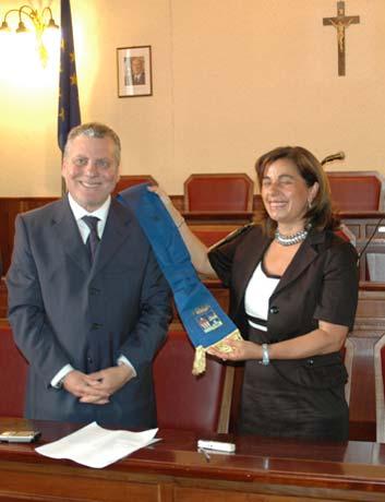 Il Commissario straordinario Di Liberti consegna la fascia al Presidente D'Orsi
